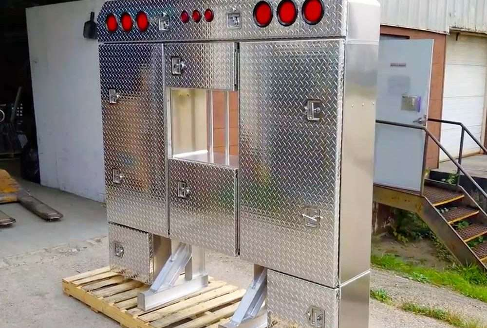 """PRODUCT TOUR: Enclosed Checkerplate Aluminum Headache Rack With """"Smugglers Cabinet"""""""